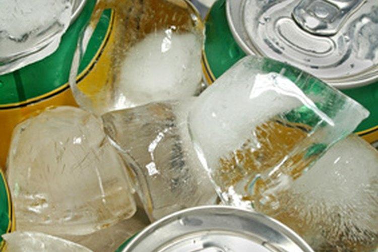 Hielo húmedo con latas de refresco