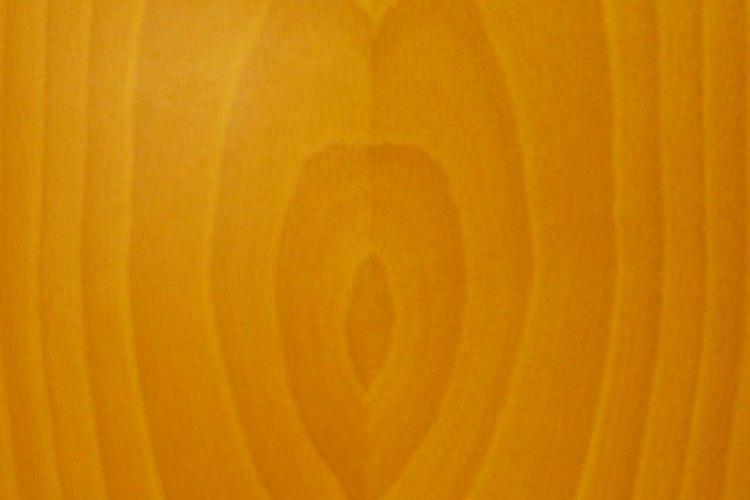 Con un color más claro que las dos especies americanas, esta caoba comparte muchas de las cualidades comerciales importantes.