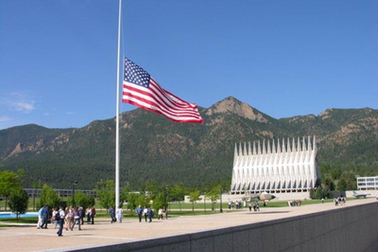 Izar la bandera a media asta incluye elevar la bandera a la parte superior del poste antes de bajarla a su posición final.
