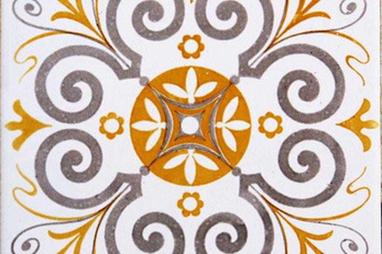 El barniz es más fácil de remover de los azulejos de cerámica mientras aún está húmedo.