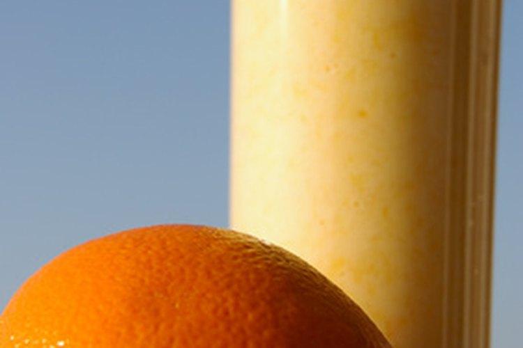Los licuados de naranja pueden contener una mezcla de jugo de naranja congelado, leche, azúcar y hielo picado.