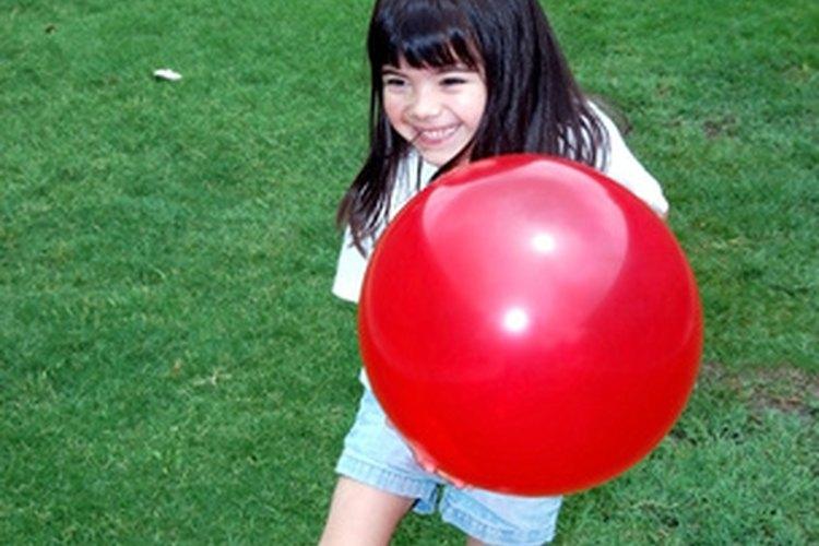 Un típico niño de cuatro años puede atrapar una pelota que le arrojan a 5 pies (1,5 m) de distancia.