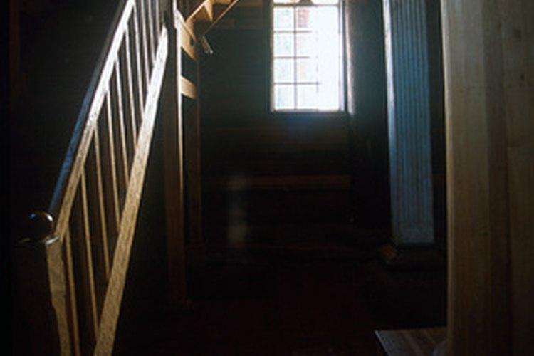 Decora la pared de las escaleras con fotos.