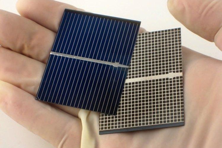 Las células solares se unen entre sí para formar paneles solares.