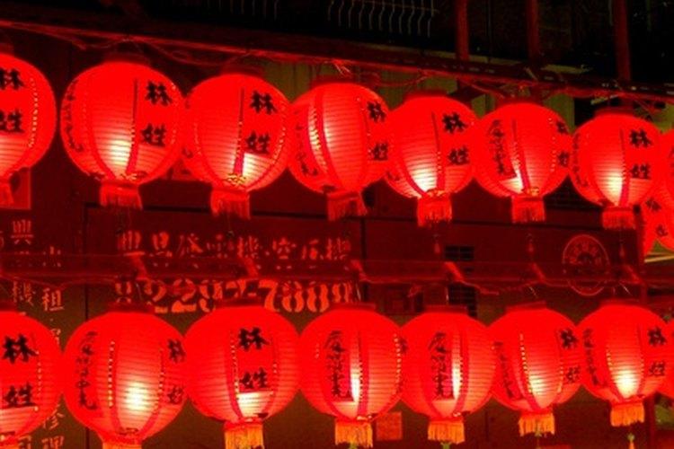 Estas linternas chinas rojas están decoradas con caracteres negros.
