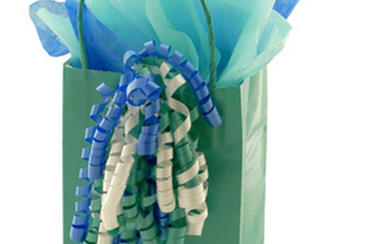 Acomoda papel de seda en bolsas de regalo.