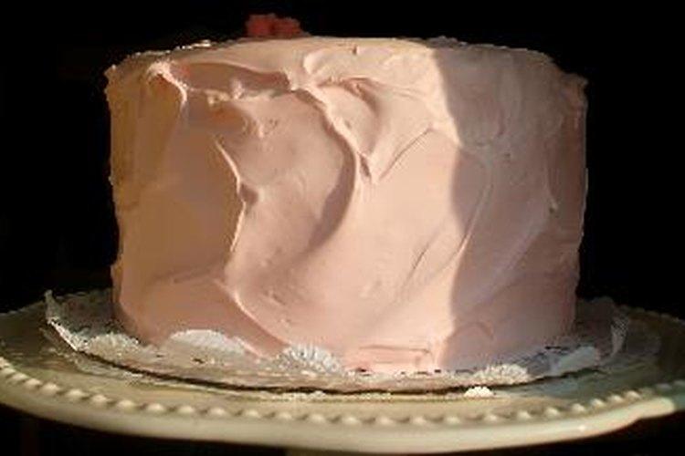 Si necesitas una torta más grande, hornea varias tortas pequeñas y apílalas antes de cubrirlas con glaseado.