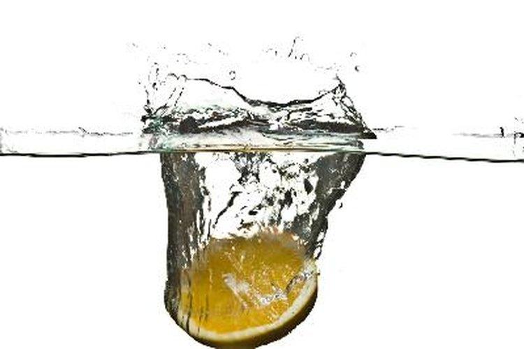 El agua carbonatada es agua infundida con dióxido de carbono.