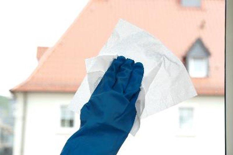 La mayoría de nosotros ha tenido el problema de tener que quitar cinta adhesiva antigua y seca de una ventana.