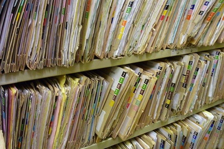 La mayoría de estos profesionales contratan una secretaria para mantener organizados los expedientes de los pacientes.