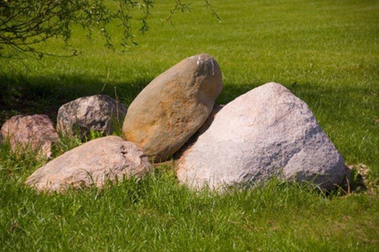 Unas rocas grandes pueden ocultar esas pequeñas áreas poco estéticas de tu jardín.