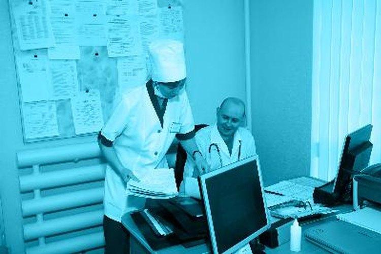 Médico y su asistente.