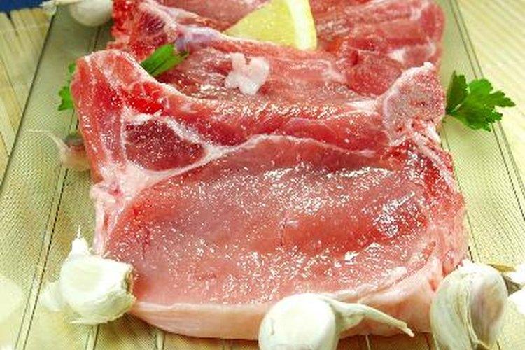 Algunos optan por cortar el cerdo por la mitad verticalmente a lo largo de la columna vertebral.