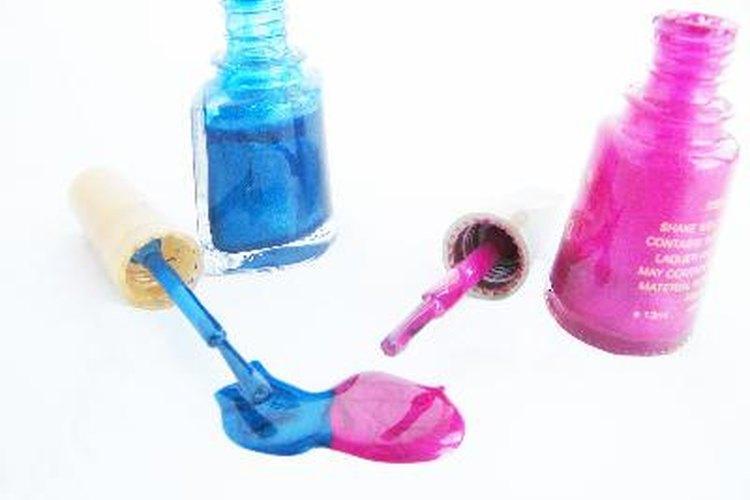 Los artículos para el cuidado de uñas que están restringidos a tres onzas de líquido por cada botella incluyen el esmalte de uñas y quitaesmaltes.