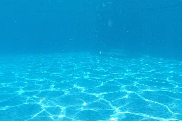 El contacto constante con el agua y los productos químicos utilizados en las piscinas de fibra de vidrio hace que ésta se descomponga.