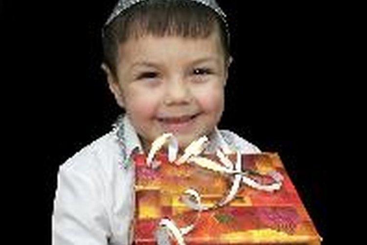 Busca un regalo que se ajuste a los intereses del niño.