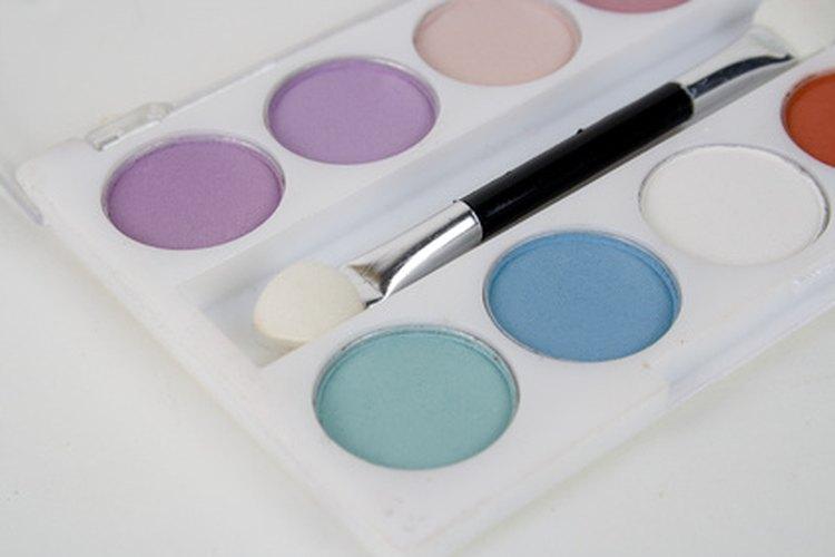 Combina vestidos florales y calentadores con tu sombra de ojos azul.