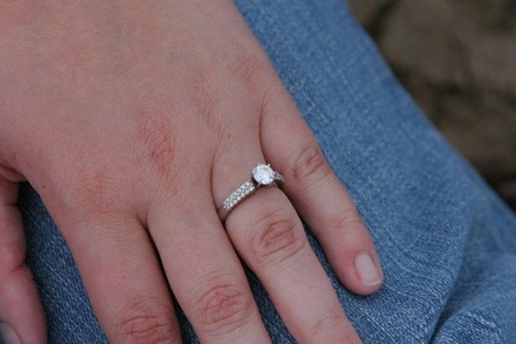Celebra su nuevo anillo con una fiesta de compromiso.