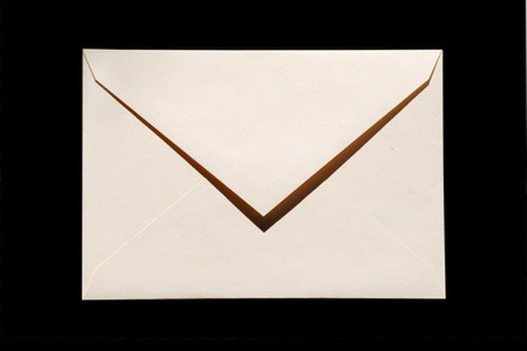 Imprime tu invitación en un papel con calidad y un sobre que combine.