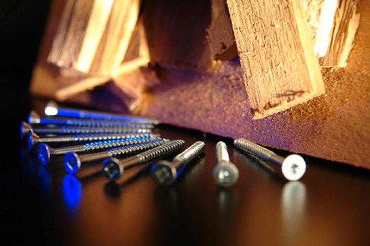 Tornillos y clavos de madera.