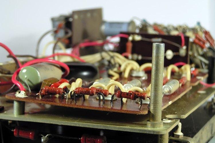Cuando se conectan más componentes electrónicos la carga es mayor.