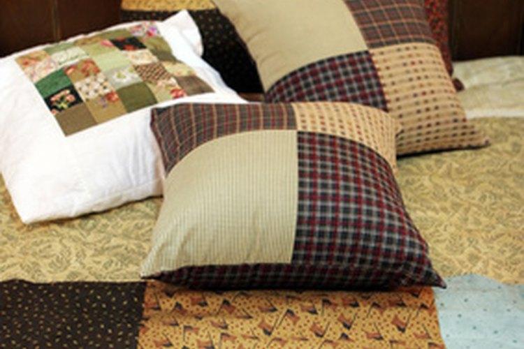 Las almohadas hacen un camino en una pista de obstáculos en interiores.