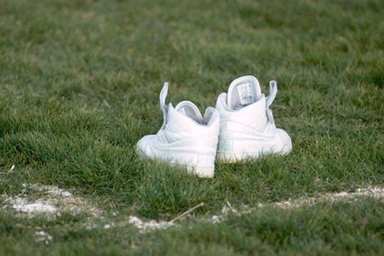 Limpia las zapatillas para restaurarlas y dejarlas en buen estado.