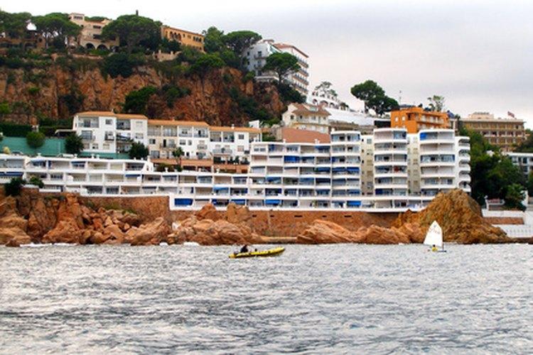 La industria del turismo está severamente regulada y afectada por leyes e intervención gubernamental.