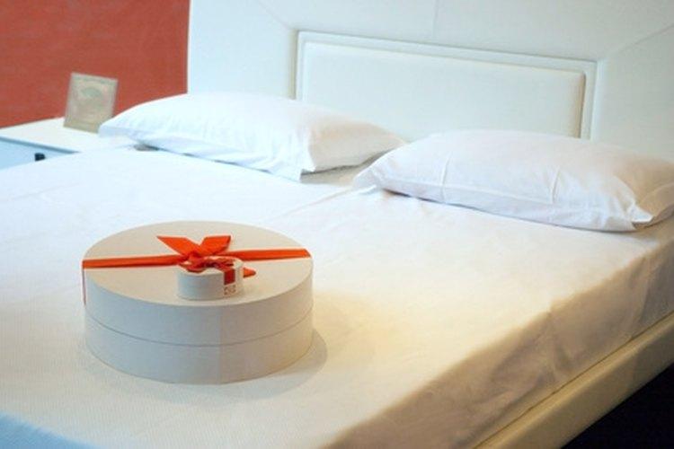Las cabeceras tapizadas que cuelgan en la pared ofrecen una variedad de colores y diseños para decorar un dormitorio.