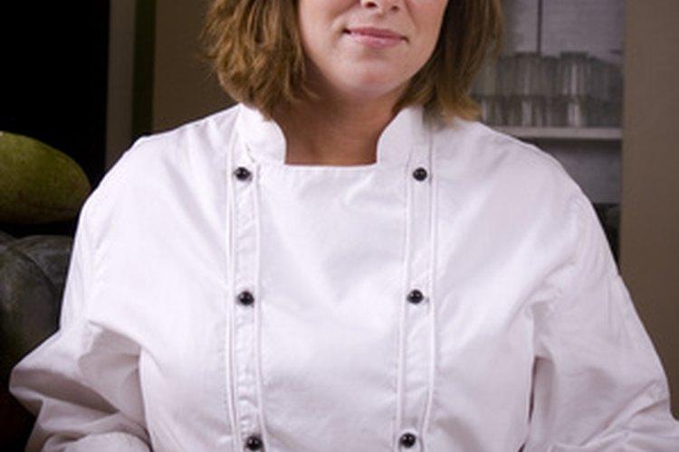 Los asistentes de chef desarrollan una variedad de responsabilidades en la preparación de comida.