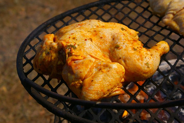 Si lo asas inadecuadamente, el pollo puede parecer listo por fuera sin estar cocido por dentro.
