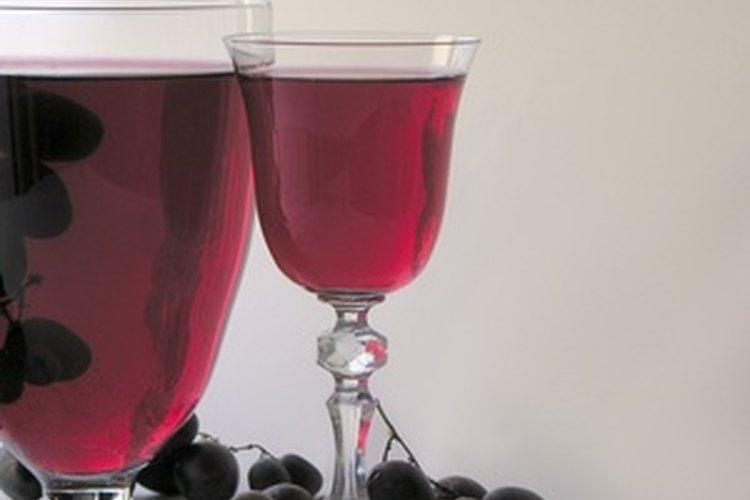 El vino tinto es rico, profundo, con cuerpo y lleno de sabor.