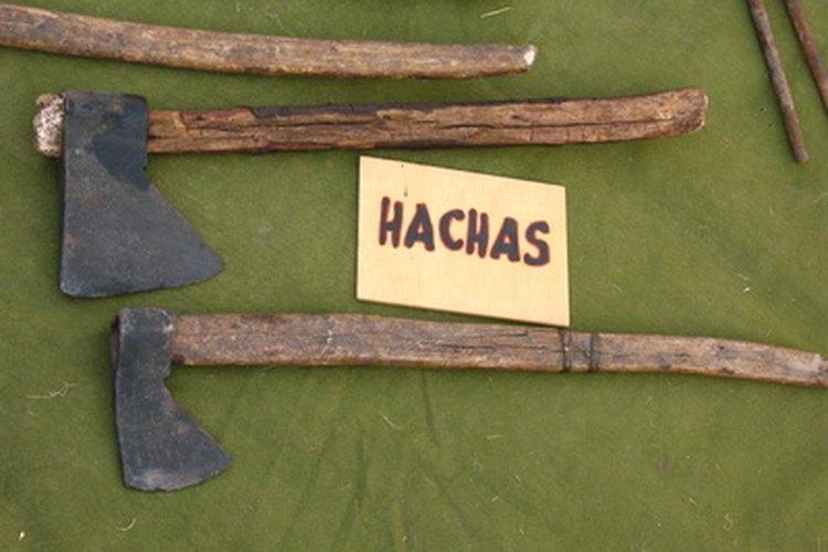 Fuerza el mango de madera en la cabeza del hacha.