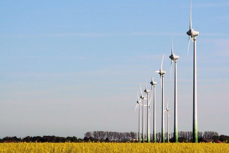 Las palas de un molino de viento giran en un rotor central.