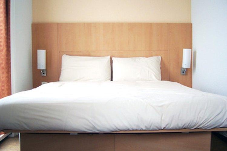 Una cama con sábanas.