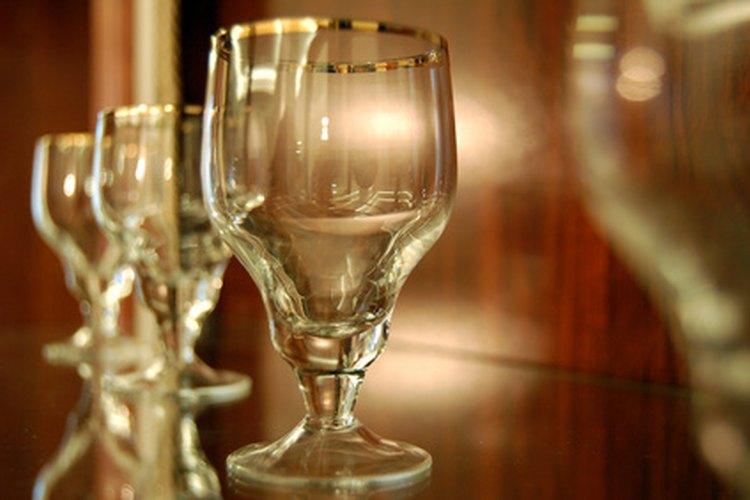 Los estantes de vidrio lucen elegantes, pero no pueden soportar el mismo peso que un tablón de madera de igual espesor.