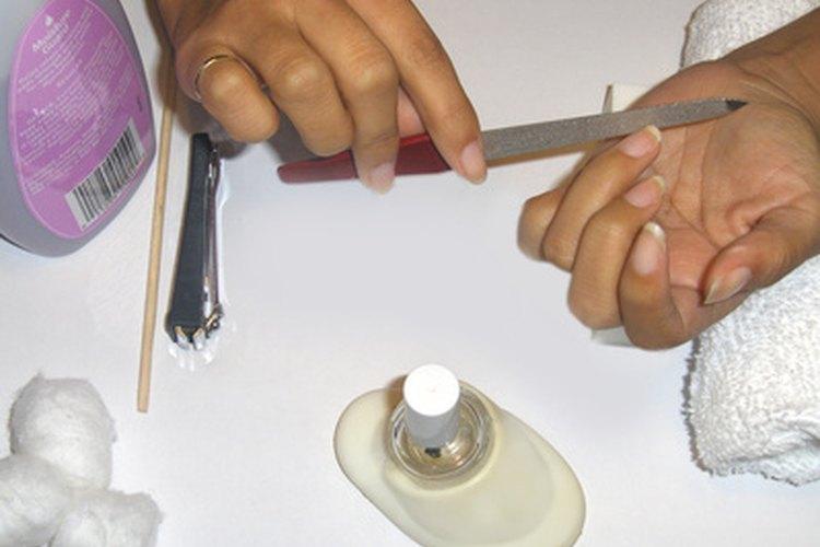 Una lima de uñas metálica puede lavarse con agua y jabón.