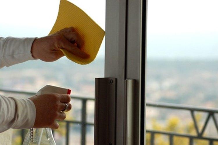 El personal de limpieza del hotel limpia todo, incluidas las ventanas.