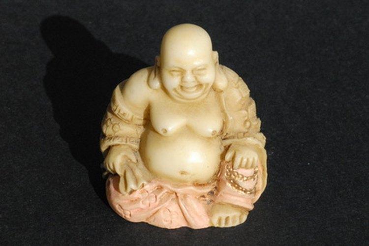 La estatua del Buda sonriente es a menudo asociada con la buena suerte y la abundancia.