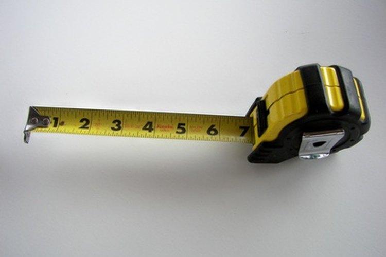 Utiliza una cinta métrica para medir el metraje cuadrado de la habitación.