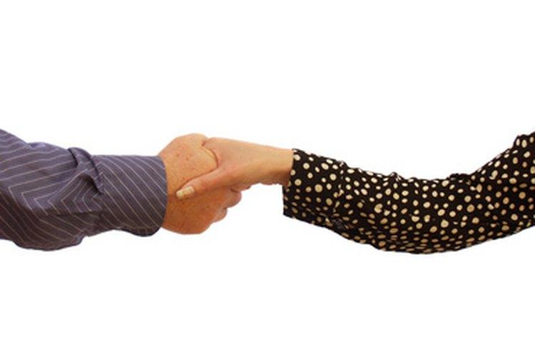 Un saludo de manos es una manera amigable y profesional de saludar a alguien.