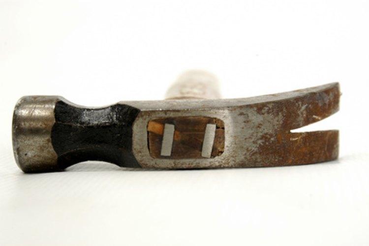 Las cuñas de metal ayudan a asegurar el mango de madera a la cabeza.