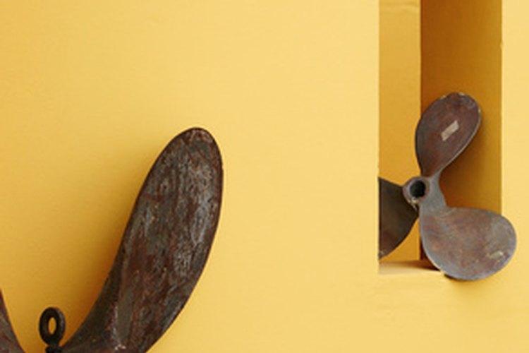 El óxido o metálico oscuro contrasta bien con paredes amarillas.