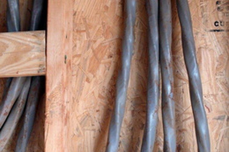 Cables eléctricos mostrados en un lugar de construcción.