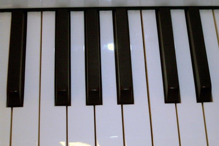 Puede que tu niño pequeño no esté listo para las lecciones formales de un instrumento sino hasta que esté un poco más grande.