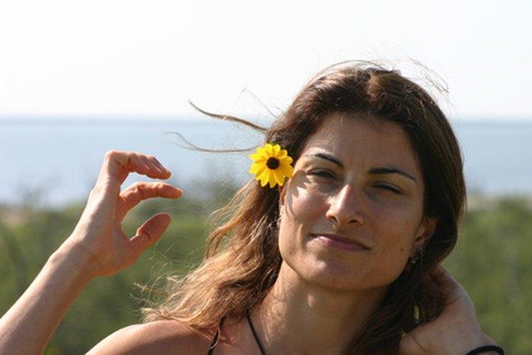 Aprende acerca de la tradición hawaiana de llevar flores en el pelo.