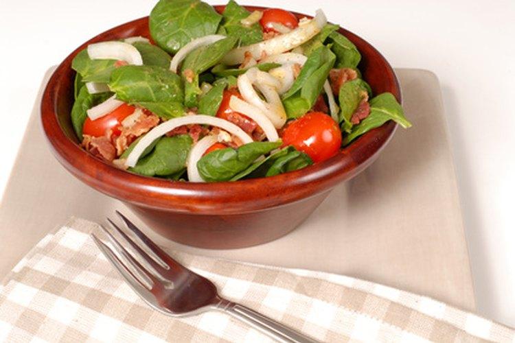 La ensalada de espinaca es muy sencilla de hacer.