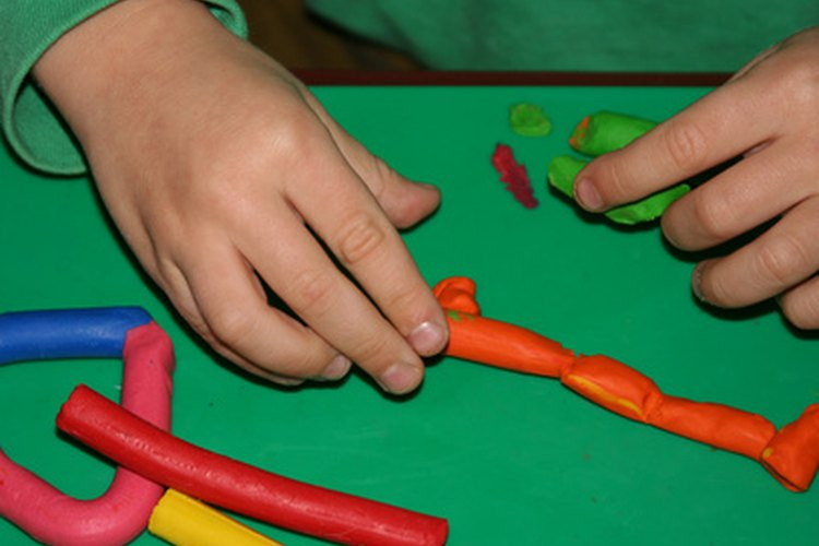 El moldeo de arcilla puede desarrollar la motricidad fina del niño.