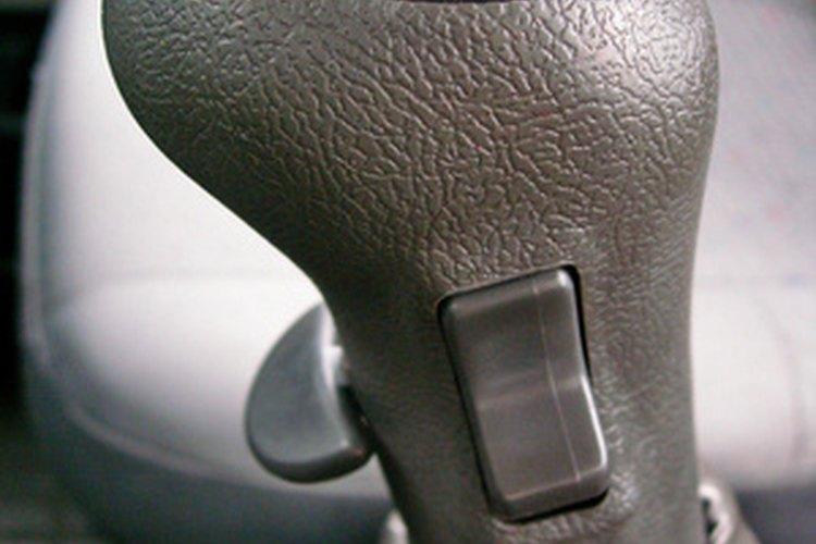 Si la palanca de desplazamiento es difícil de mover, esto indica problemas de transmisión también.