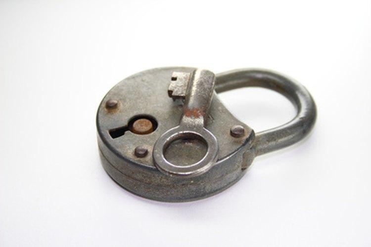 Si has perdido la llave de tu cerradura antigua, a veces forzarla es la única solución.